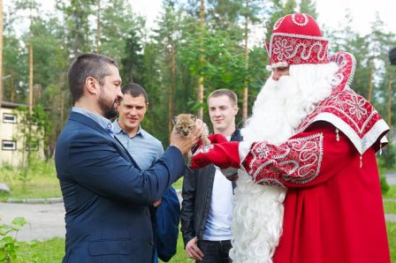 """Хоккеисты клуба """"Северсталь"""" взяли шефство над рысенком в зоопарке вотчины Деда Мороза"""